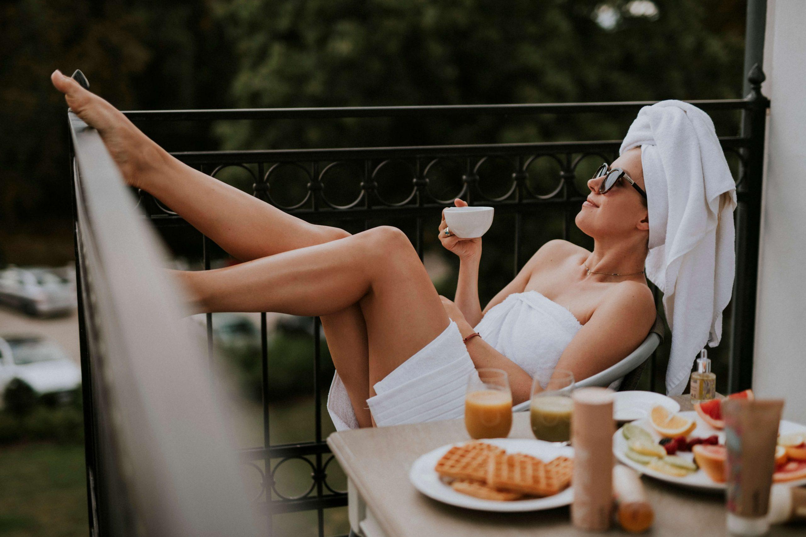 pielęgnacja w kwarantannie kobieta na balkonie pije kawę w ręczniku i turbanie