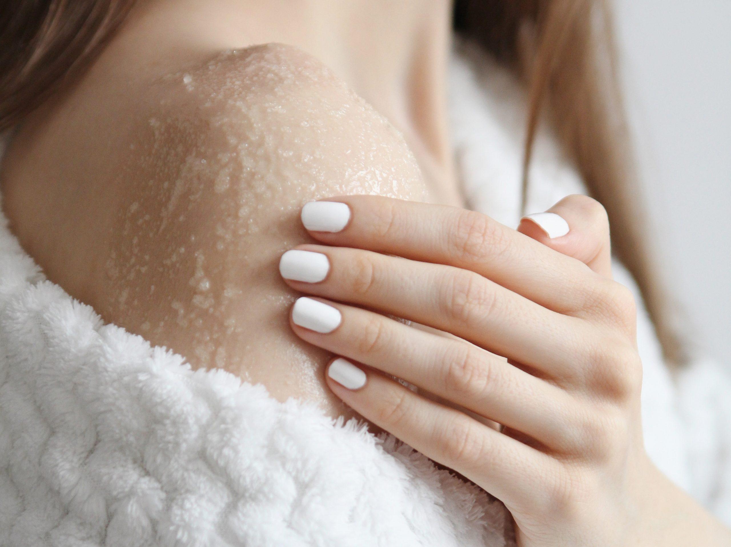 regenerujący peeling do ciała ramię dłoń kobieta