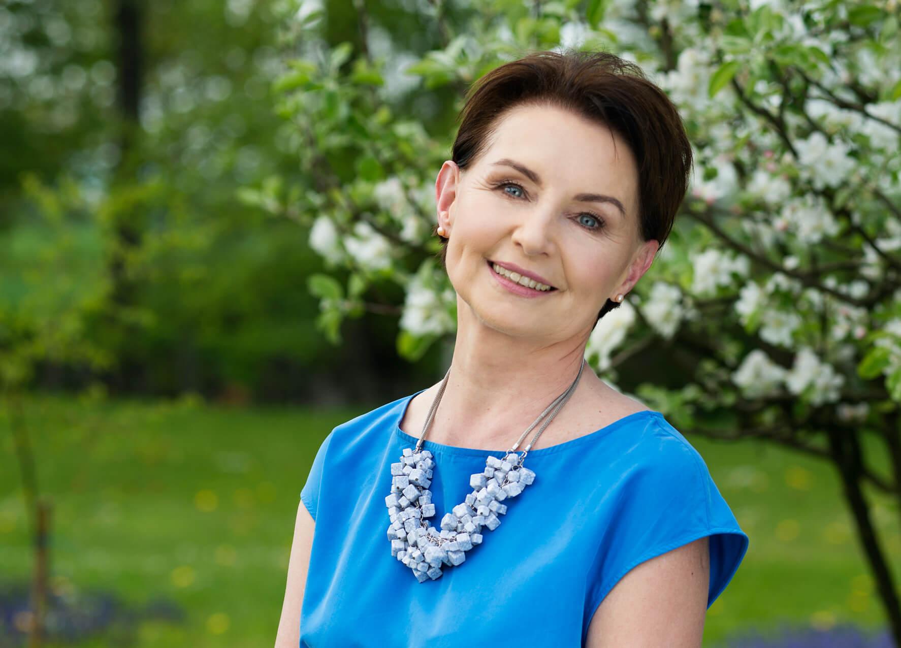 neodermyl kobieta z dojrzałą cerą w sadzie wiosną