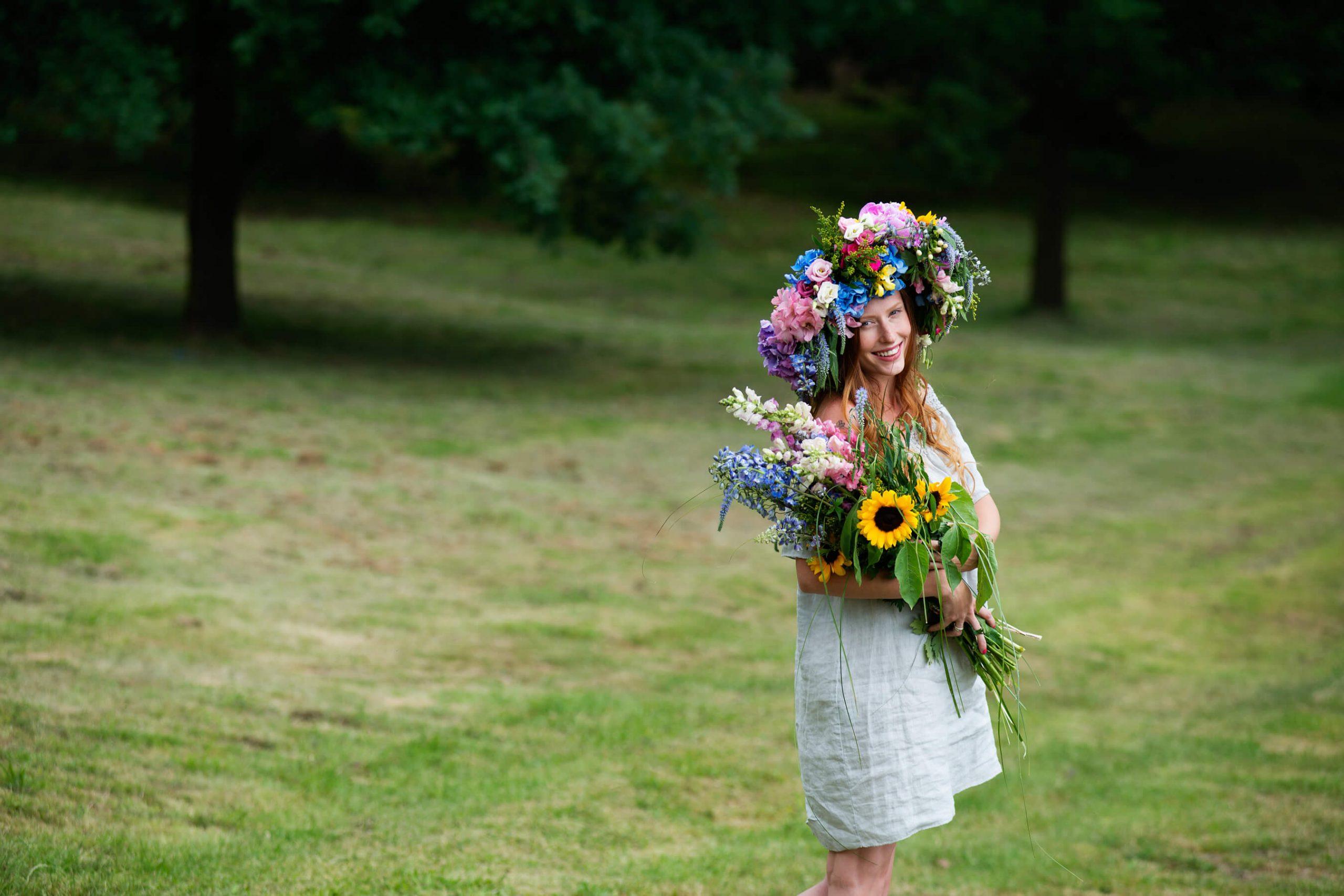 Resibo dziewczyna w wianku na łące z bukietem kwiatów pielęgnacja ciała latem
