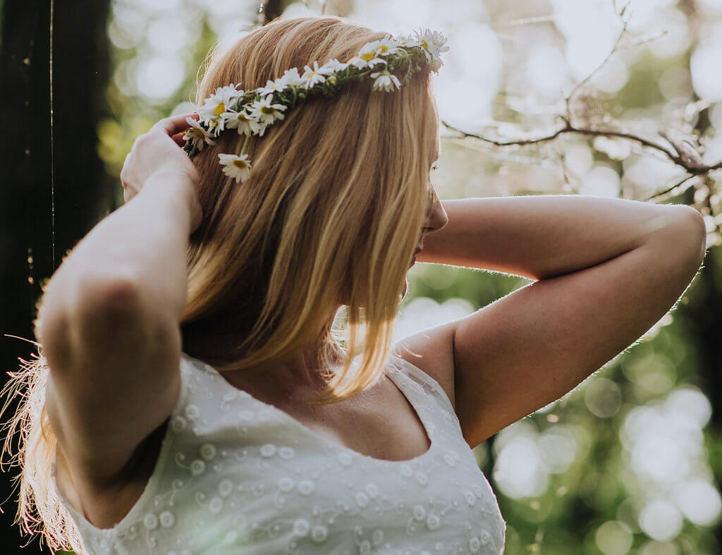 jak sprawdzić porowatość włosów dziewczyna w lesie w wianku na jasnych włosach