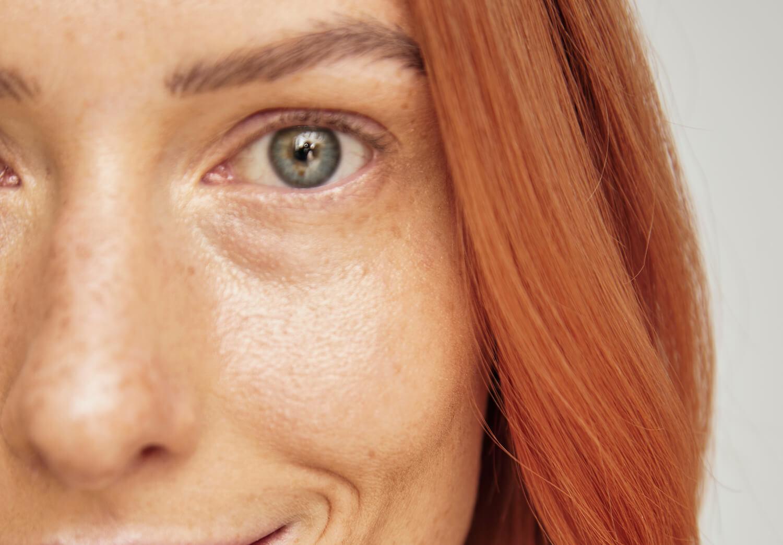 kolagen zbliżenie na twarz kobiety z rudymi włosami