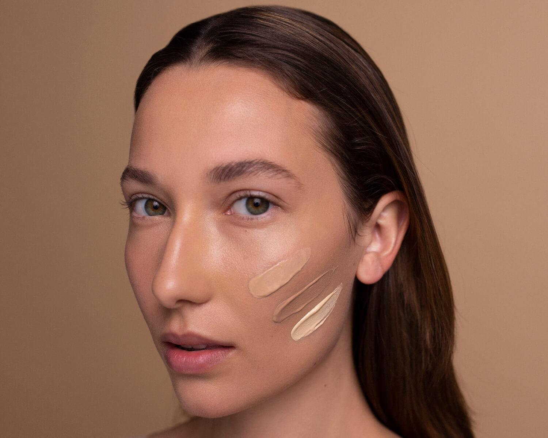 twarz kobiety brunetki z półprofilu ze smugami naturalny podkład smugi na twarzy resibo