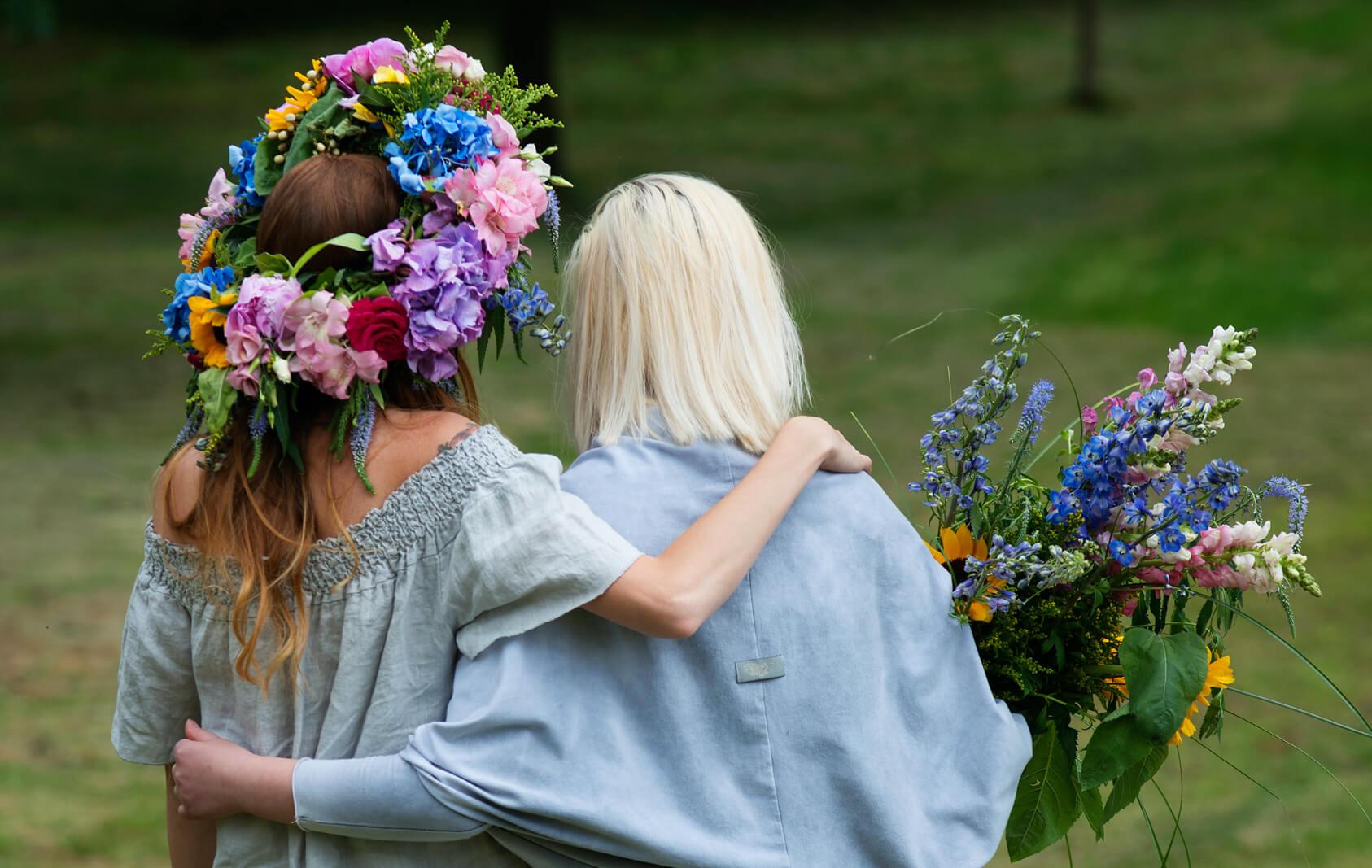 resibo_pielęgnacja włosów dwie kobiety odwrócone w wianku i z kwiatami