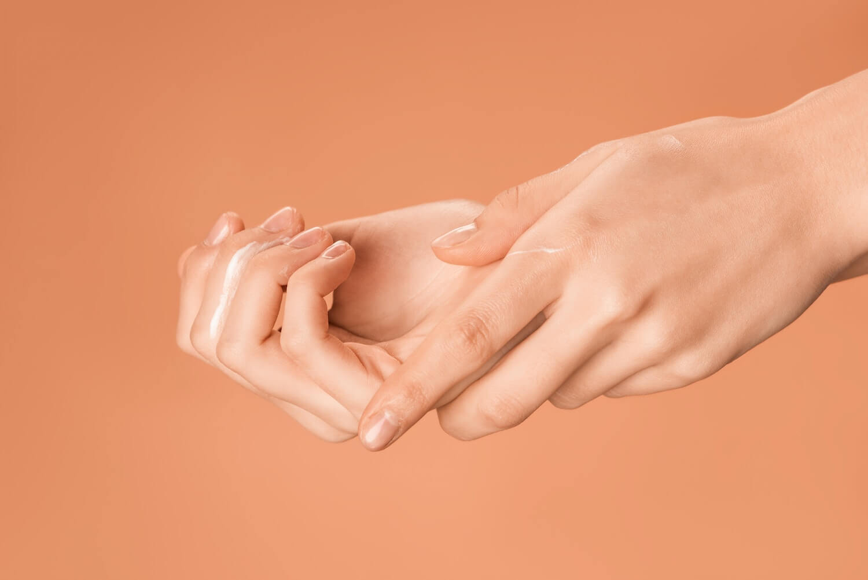 olej kukui dłonie