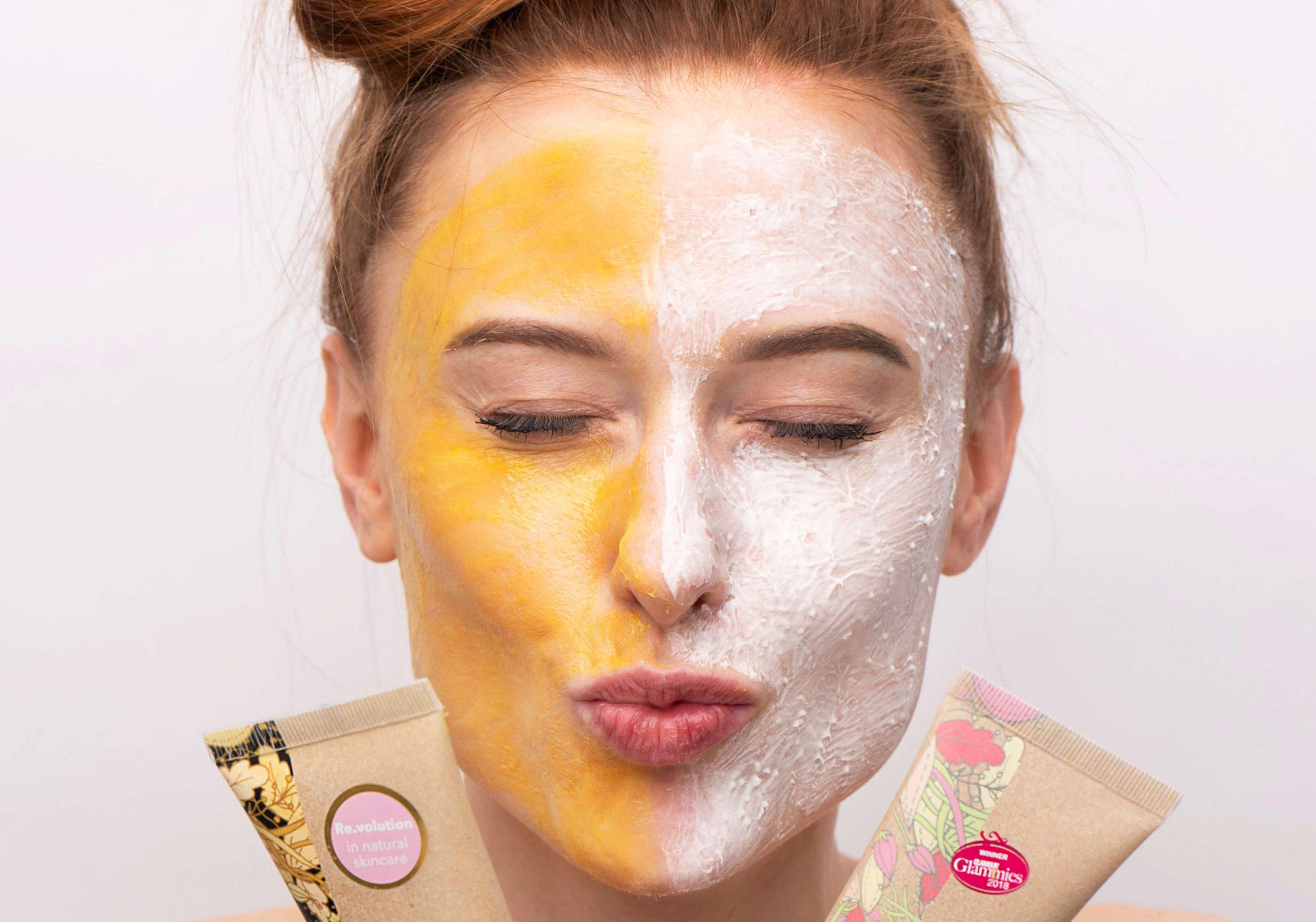 resibo_twarz wesoła kobieca z nałożoną po połowie maską i peelingiem