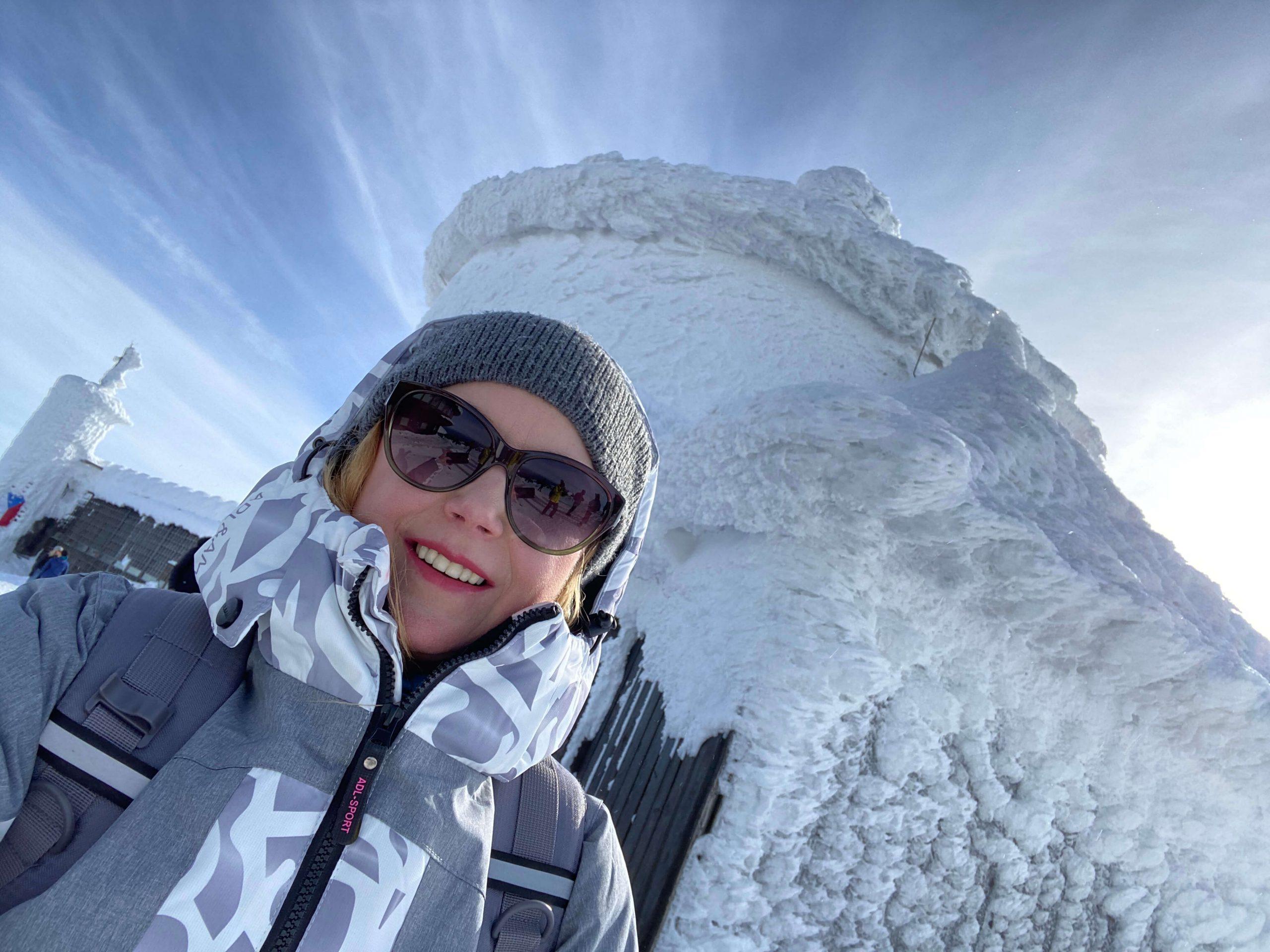 dziewczyna uśmiechnięta na mrozie na szczycie góry blog resibo