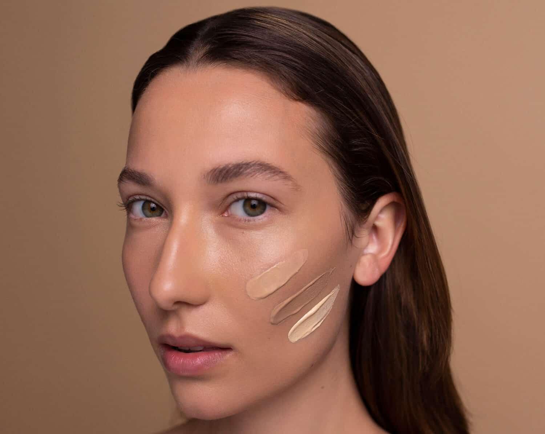 blog resibo modelka zblizenie twarzy z nalozonymi trzema odcieniami kremu BB
