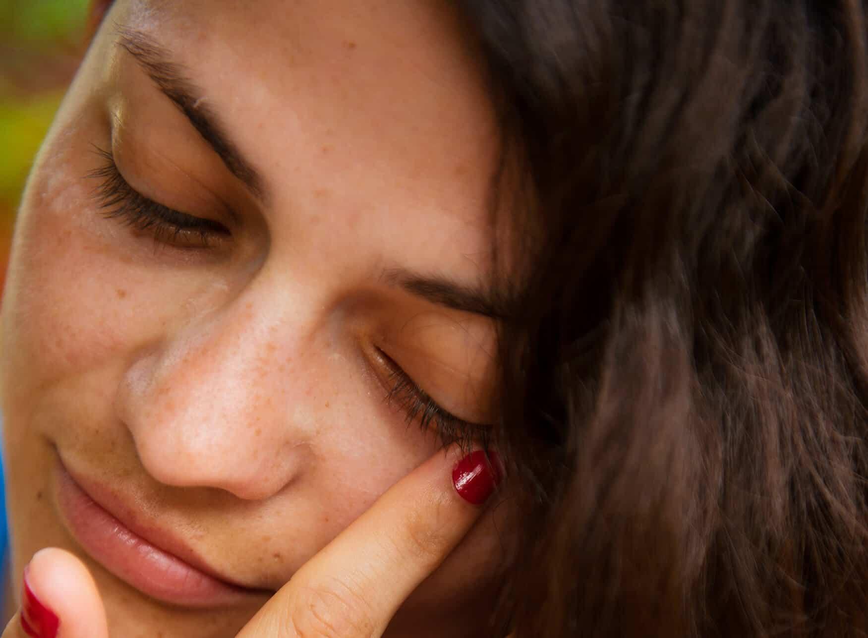 resibo blog_kobieta brunetka zblizenie twarzy z piegami i wlosow