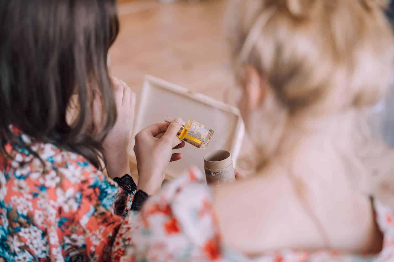 resibo_serum do twarzy kobiety w kwiecistych szlafrokach odwrocone tylem testuja serum naturalnie wygladzajace resibo